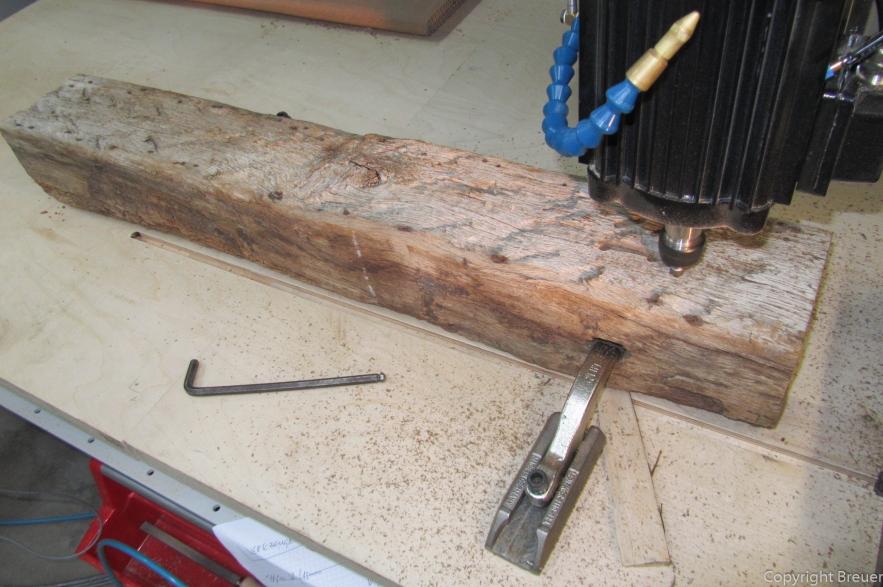 Fachwerkbalken wird an den Verbindungslöchern der alten Holznägel befestigt.