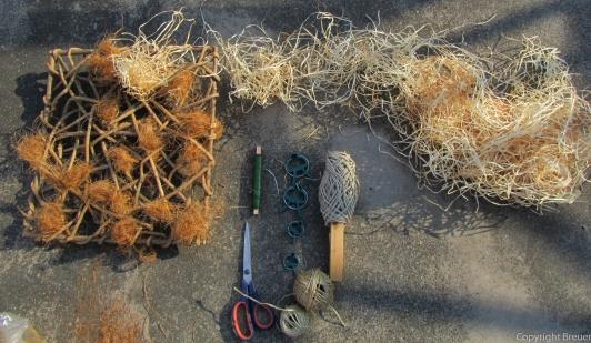 gerupfte Kokosfasern und Holzspan in Lücken locker füllen