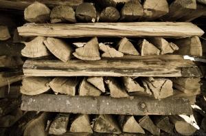Holzscheiten geschichtet