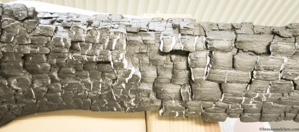 verkohlte Holzscheite geharzt