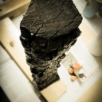 verkohlte Holzscheite in schwarz, mit Harz versiegelt