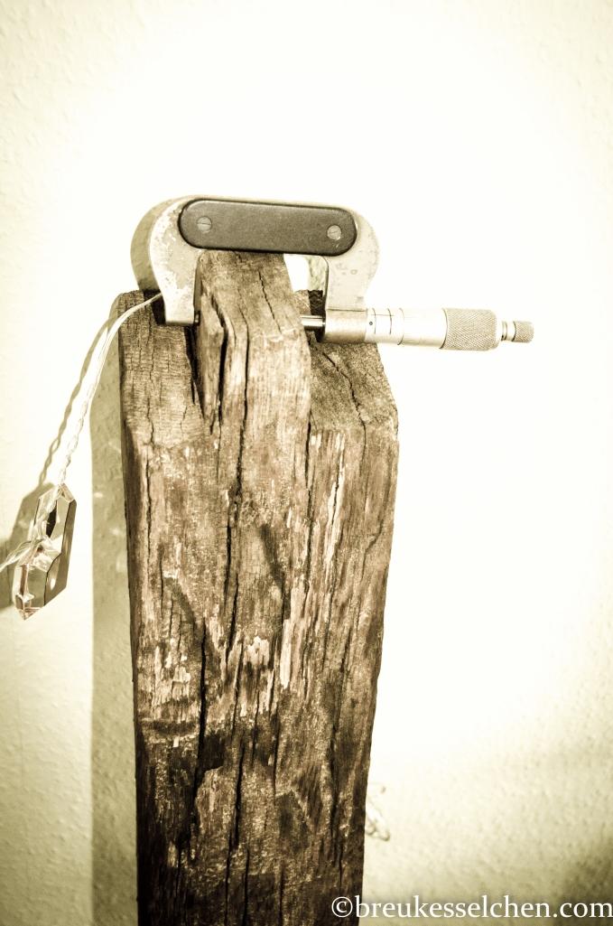Alte Klemme verleiht dem Balken etwas Funktionalität.