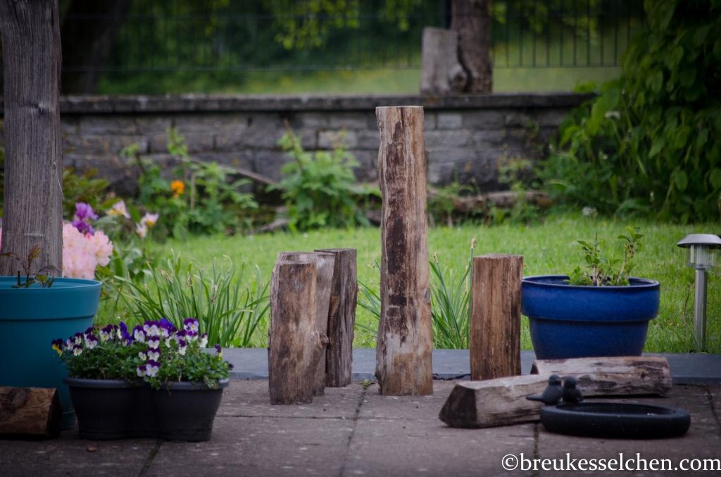 Holzscheiten als Dekoration im Garten