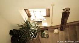 große Holzscheite als Deko im Treppenaufgang