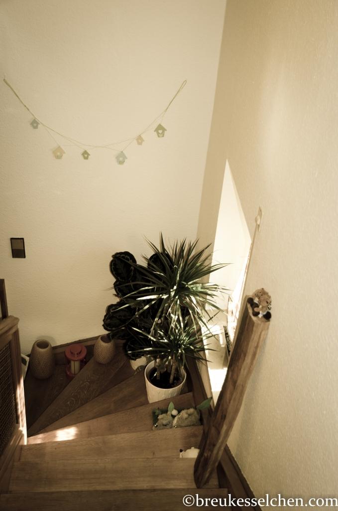 lange Holzscheite als Deko im Treppenaufgang