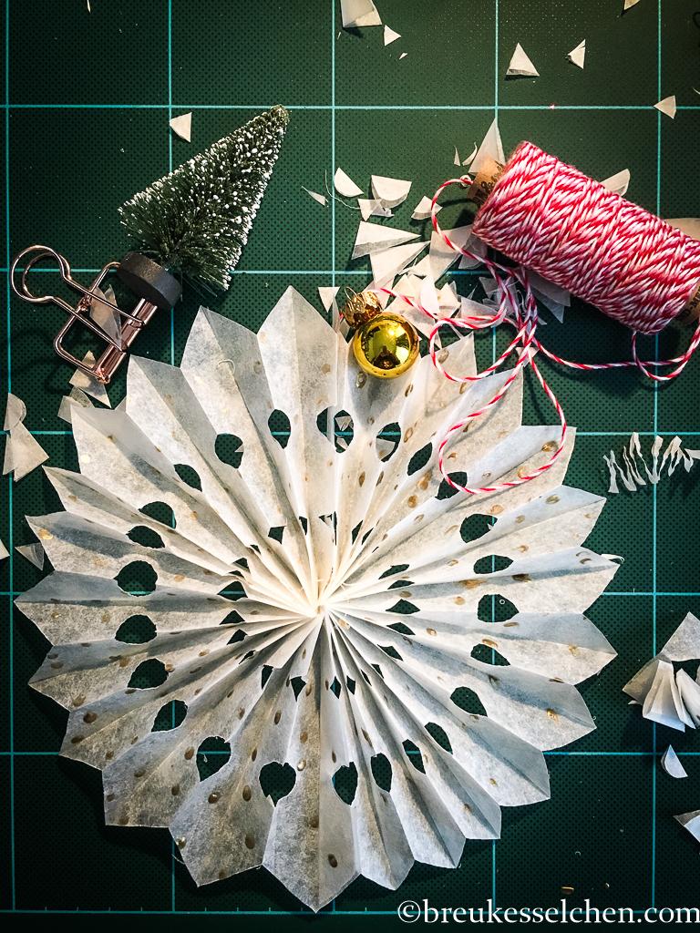 1. DIY Weihnachtsstern aus Backpapier (28)