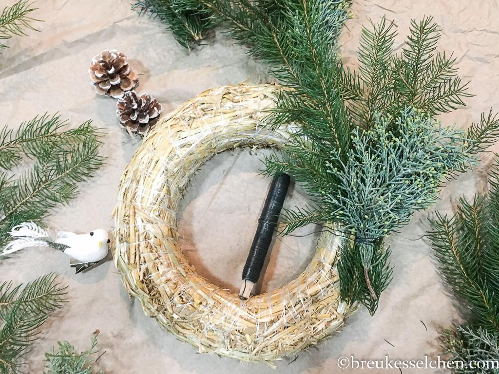 3. DIY Selbstgemachter Adventskranz Tannenzweige Eukalyptus (11)
