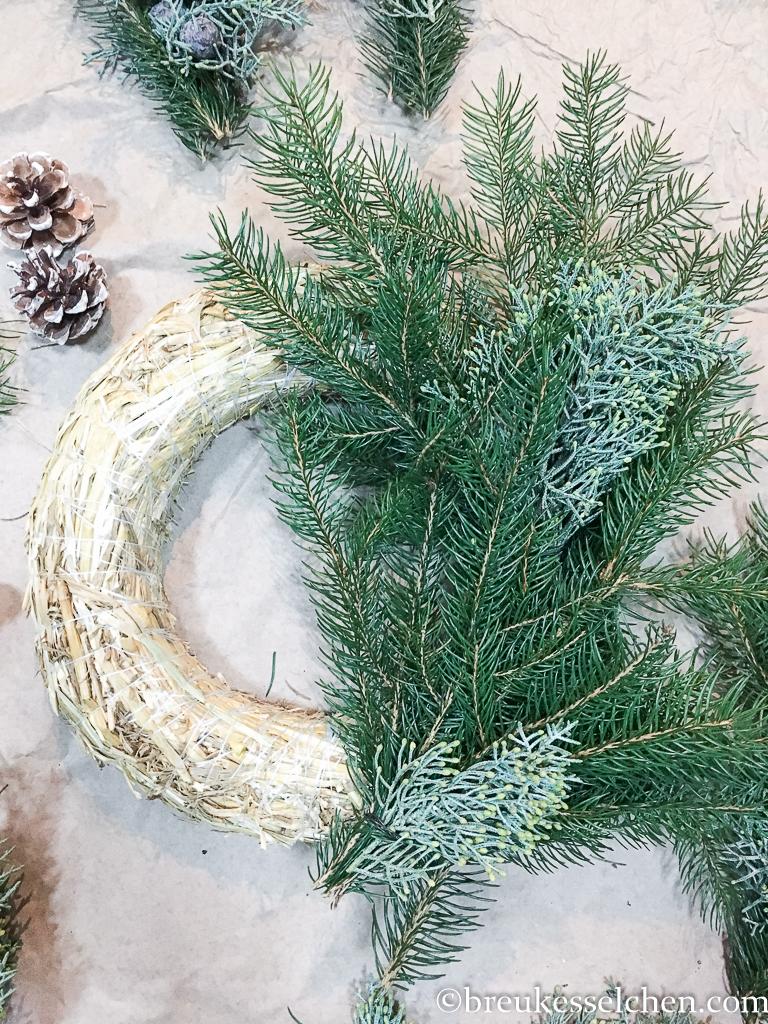 3. DIY Selbstgemachter Adventskranz Tannenzweige Eukalyptus (14)