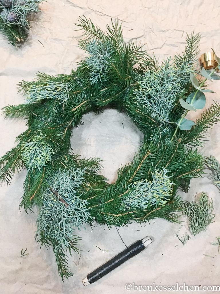 3. DIY Selbstgemachter Adventskranz Tannenzweige Eukalyptus (15)