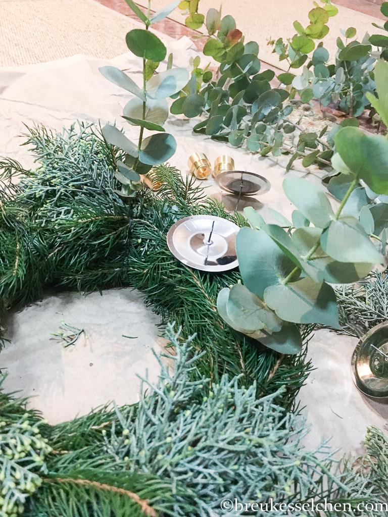 3. DIY Selbstgemachter Adventskranz Tannenzweige Eukalyptus (19)