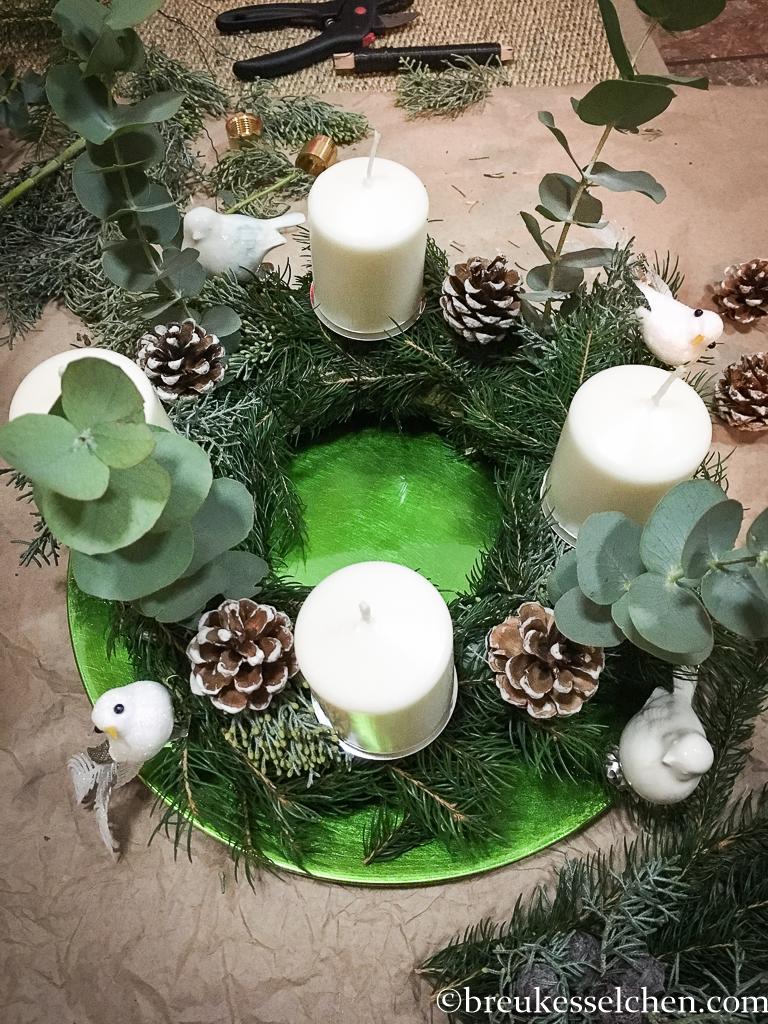3. DIY Selbstgemachter Adventskranz Tannenzweige Eukalyptus (25)